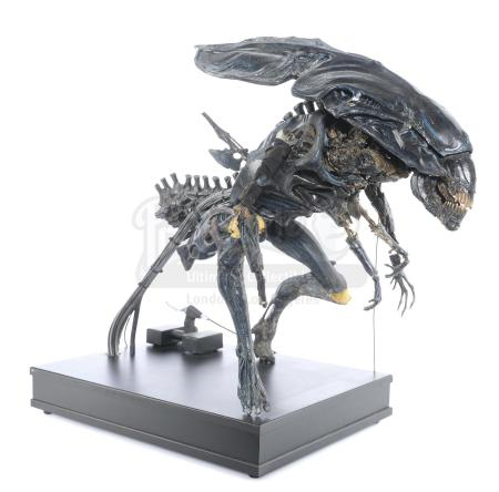 Lot #28 - ALIENS (1986) - Xenomorph Queen Model Miniature Puppet
